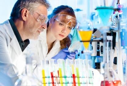 Thí nghiệm kiểm tra chất lượng hóa chất để đưa ra mức giá ổn định nhất cho từng loại hóa chất mới